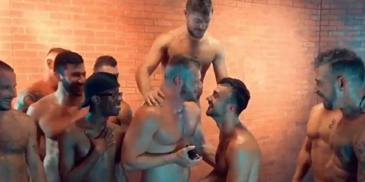 Actor porno le propone matrimonio a su novio durante orgía gay