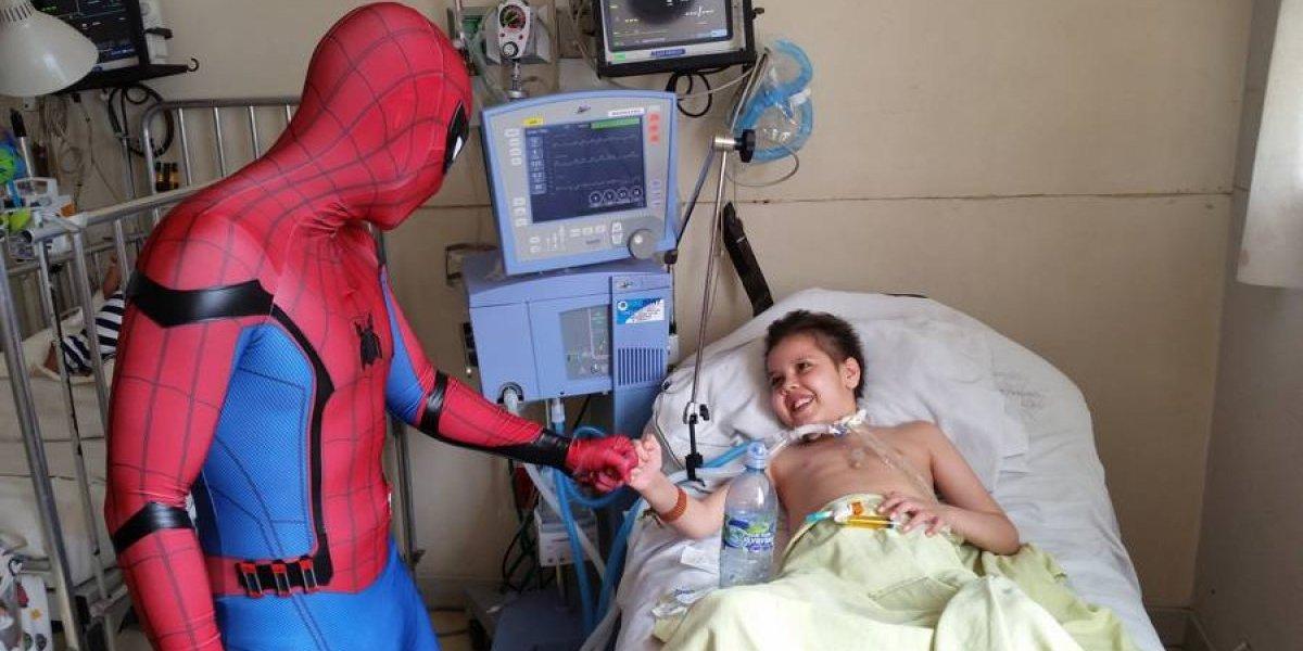 """El """"Hombre Araña"""" guatemalteco que da un hálito de esperanza a niños enfermos"""