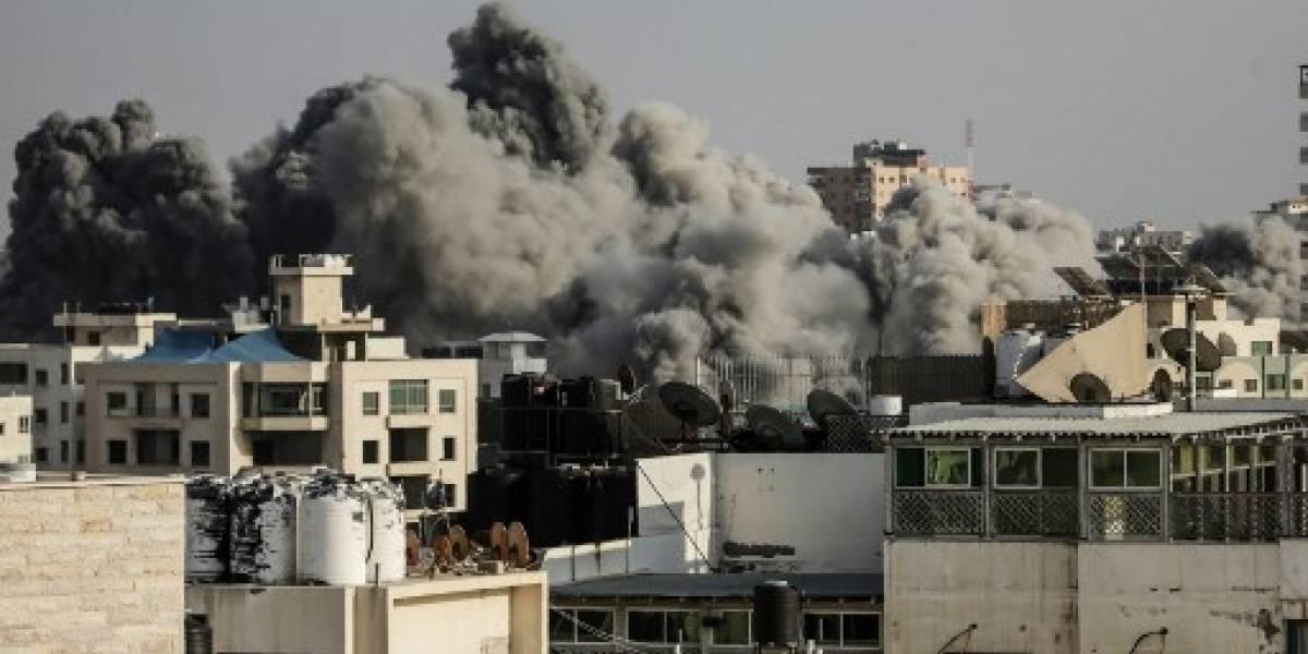 Bombardeos israelíes golpean Gaza después de violentas protestas en la frontera