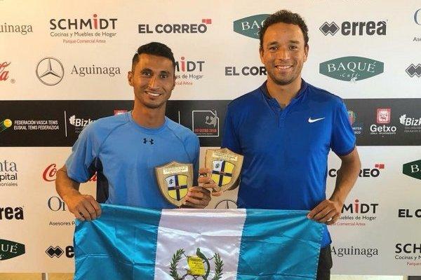 Ambos tenistas guatemaltecos lucen con orgullo la bandera nacional