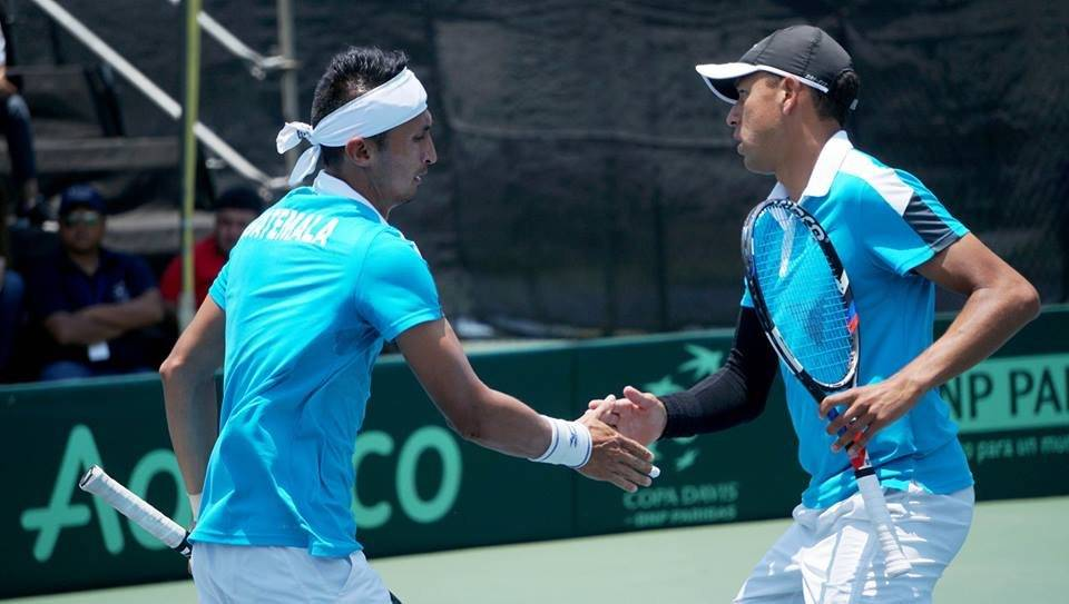 Díaz y González se felicitan en un partido del torneo de Portugal