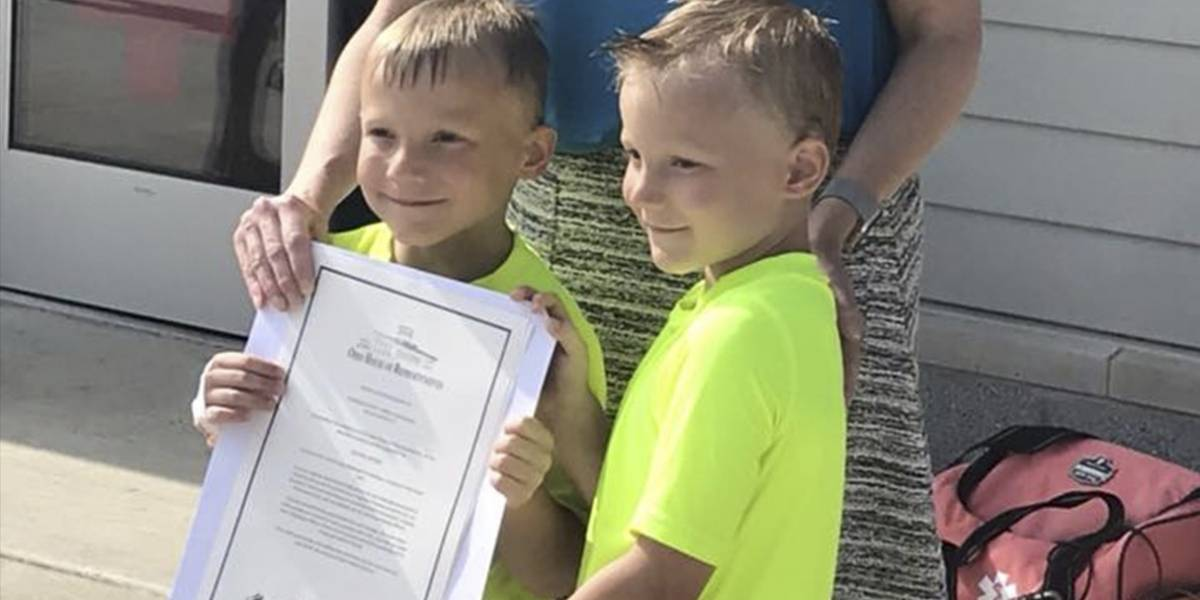 Gemelos de seis años salvan a niña que casi se ahoga
