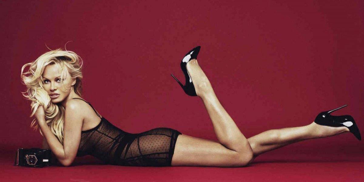 Pamela Anderson presume pronunciado escote y anillo de compromiso en el Mundial