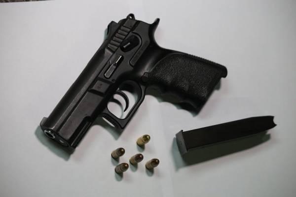Pistola incautada por la PNC.
