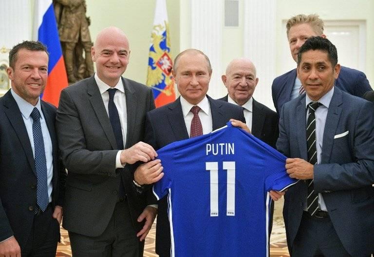 Putin recibe una camiseta con su nombre y número 11