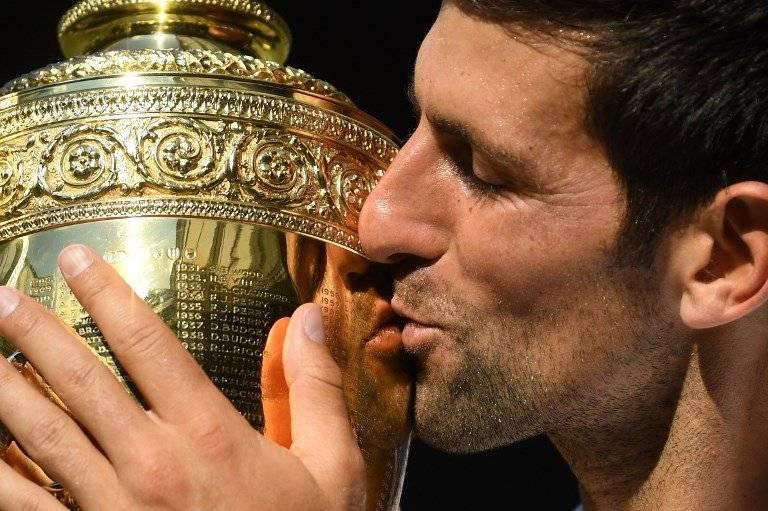El tenista serbio besa la copa de campeón en Wimbledon