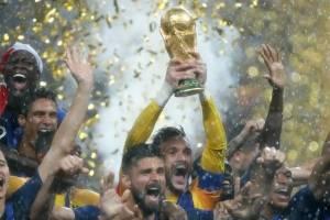 Lloris y Giroud fueron de los que más gozaron el momento en que el capitán levantó la copa