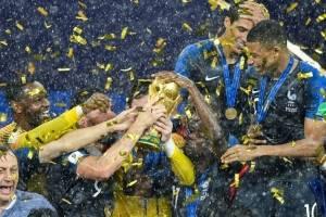 Hugo Lloris besa la copa de campeón para Francia