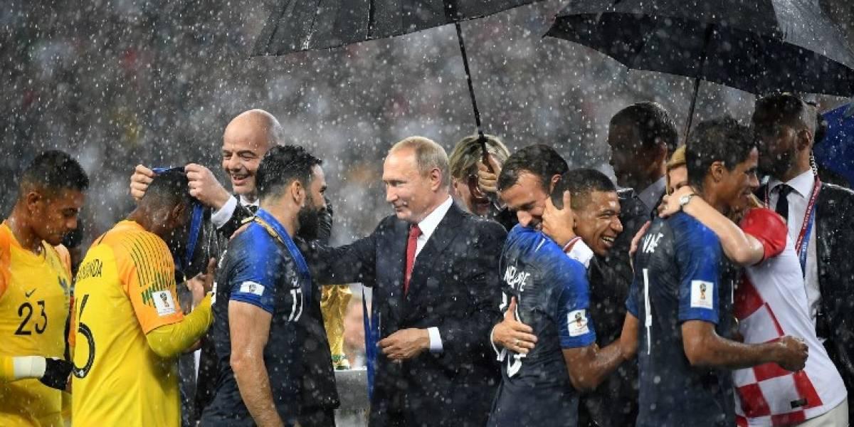 El paraguas de Putin protagoniza el momento incómodo de la premiación