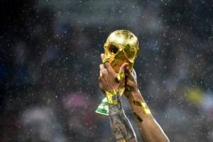 El trofeo ganado y alzado por los franceses