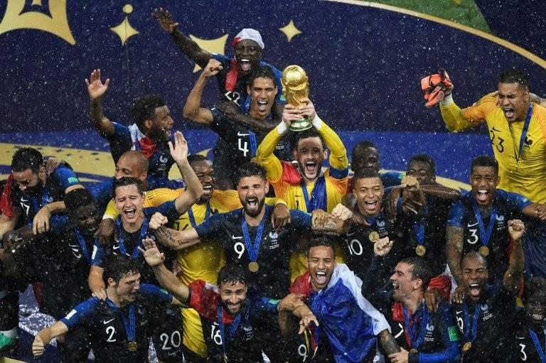Momento en que Lloris alza la copa que acredita a Francia como monarca del mundo