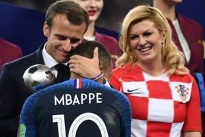 El presidente de Francia, Emmanuel Macron, felicita a Mbappé
