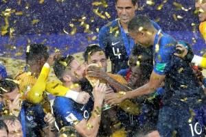 Los jugadores galos besan el trofeo