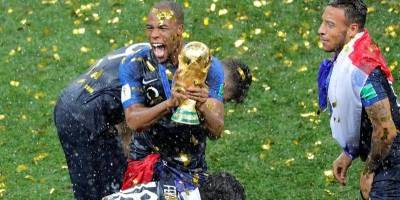 Djibril Sidibé con la copa de campeón
