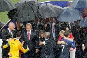 Gianni Infantino, presidente de la Fifa, y Vladimir Putin, presidente de Rusia, encabezaron la entrega de premios bajo la lluvia en Moscú / efe