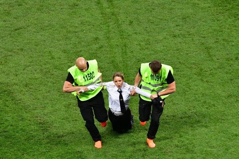 Momento en que la seguridad saca de la gramilla del estadio a un aficionado que ingresó