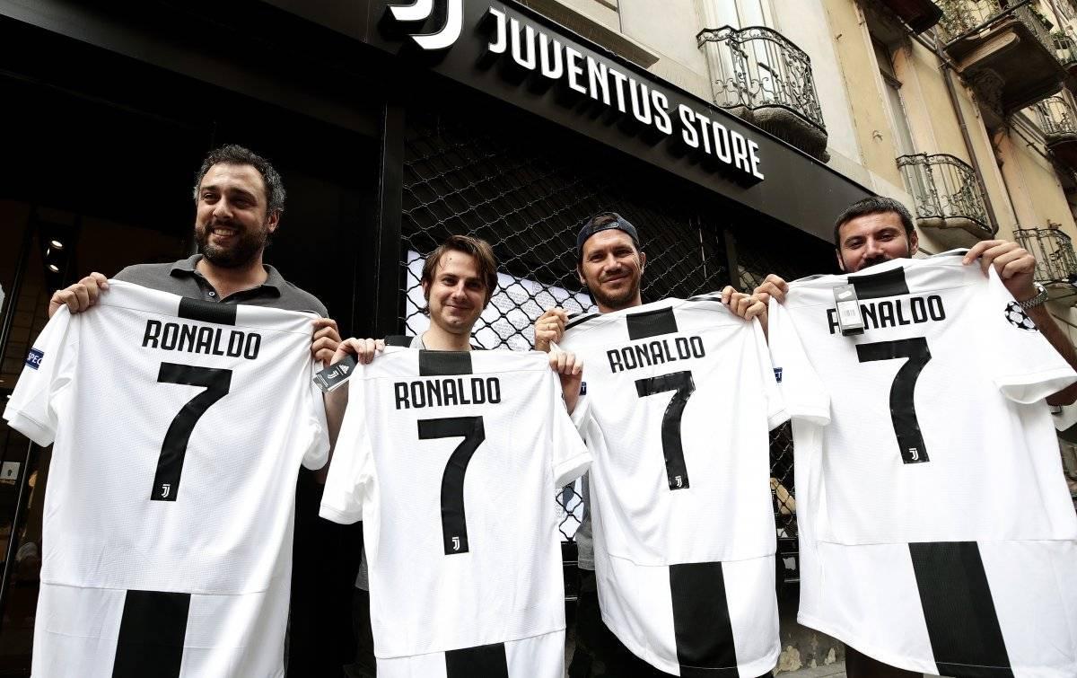 Aficionados de la Juventus con la camisola de CR7