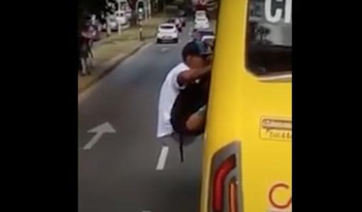 Ladrón de bus intentó escapar por una ventanilla y pasajeros lo impidieron
