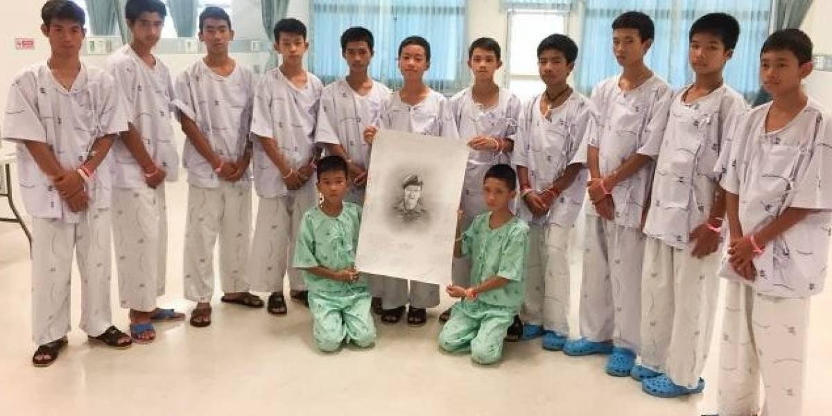Niños tailandeses honran a buzo que murió durante el rescate