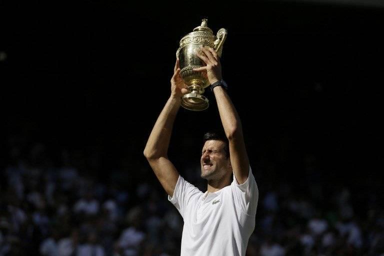 Djokovic alza el trofeo que lo proclama campeón de Wimbledon
