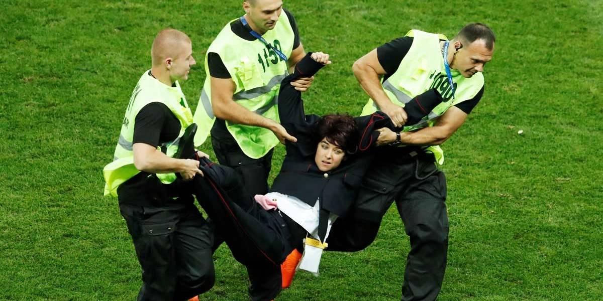 Invasores interrompem brevemente final da Copa do Mundo
