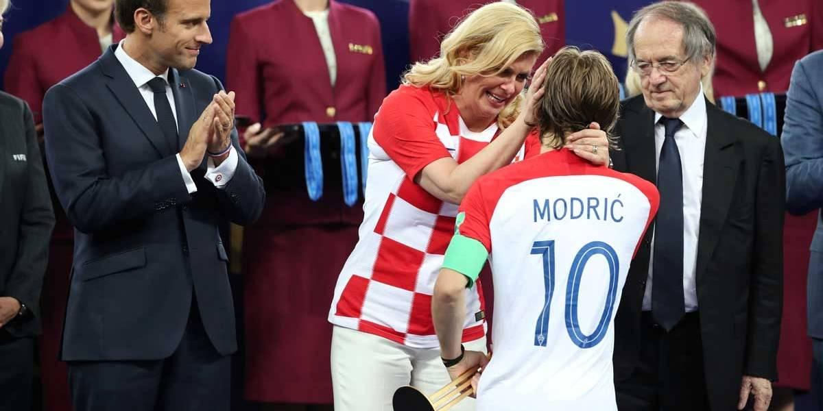 Presidente da Croácia consola Modric na entrega de medalhas e ganha as redes