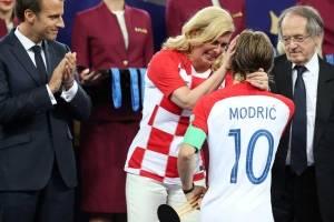 https://www.metrojornal.com.br/esporte/2018/07/15/presidente-da-croacia-consola-modric-na-entrega-de-medalhas.html