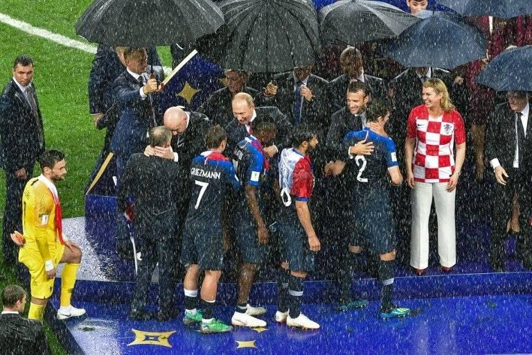 Momento de la premiación a los jugadores de Francia