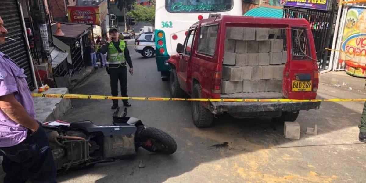 Muere mujer en accidente múltiple con campero que cargaba bloques de cemento