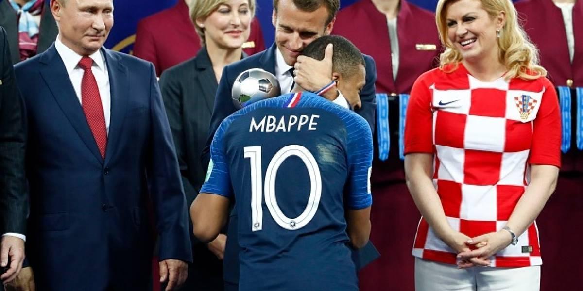 Mujer se guarda medalla de Oro durante premiación de la final del Mundial Rusia 2018