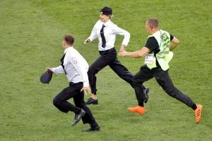 Condenan a 15 días a miembro Pussy Riot que invadió estadio en final Mundial