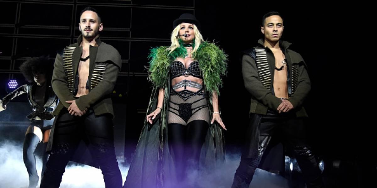 Britney Spears tuvo problemas con su vestuario y mostró un 'poquito' demás