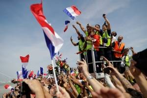 Los jugadores franceses celebran con su afición el título del Mundial
