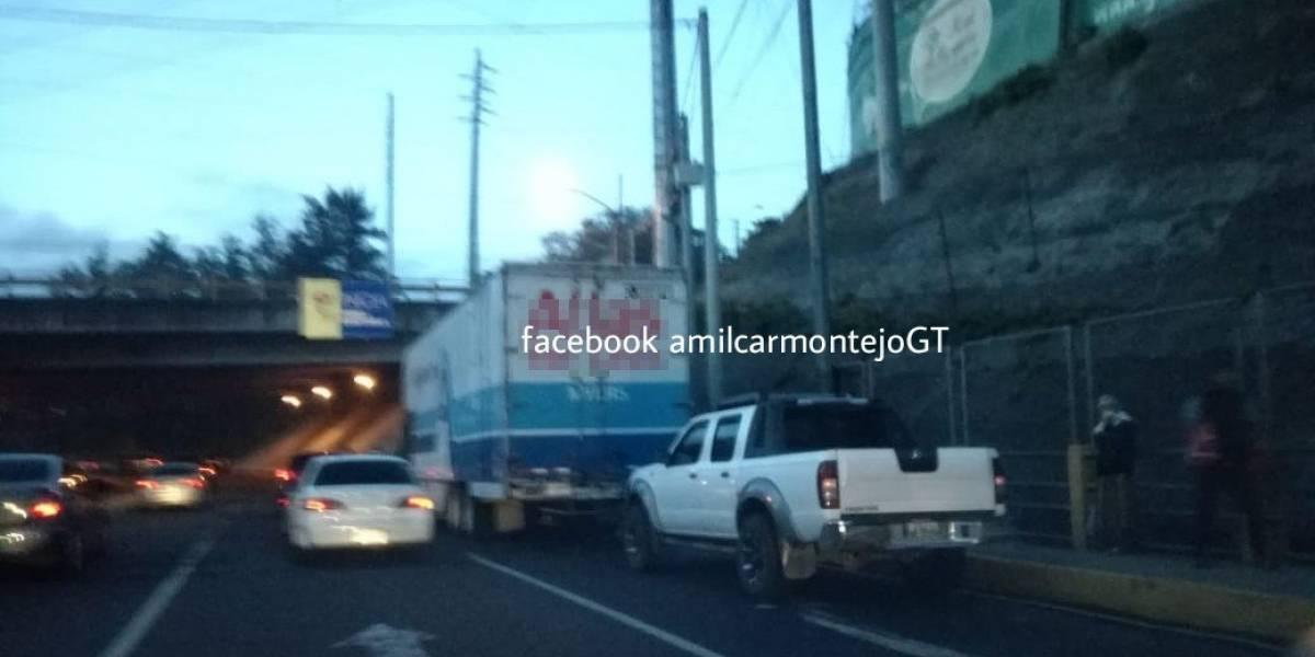 Tránsito complicado en El Naranjo por camión y vehículo con fallas mecánicas