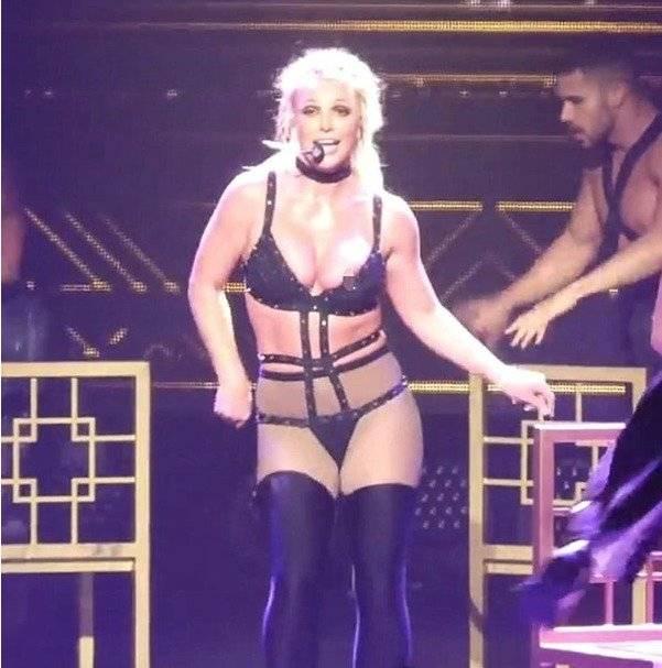 Britney Spears volvió a sufrir un descuido en el escenario y mostró uno de sus pechos en una presentación en Estados Unidos