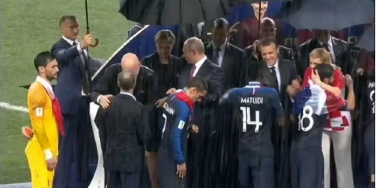 VÍDEO: Mulher coloca medalha da Copa no bolso durante cerimônia da Copa