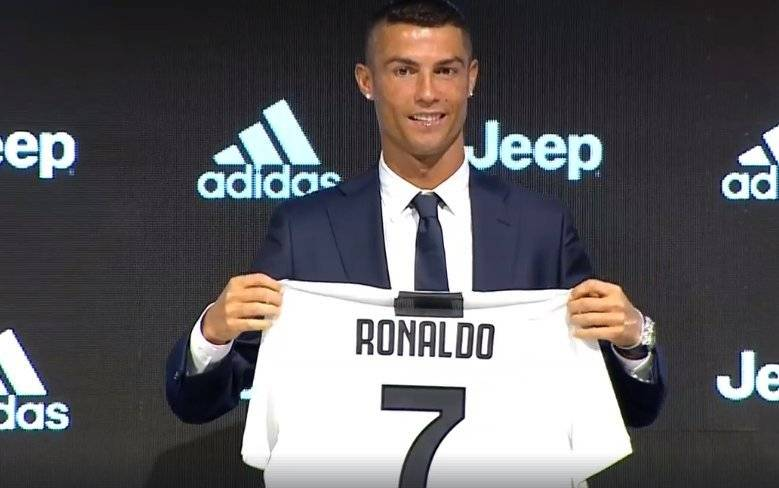 Cristiano muestra la camiseta de su nuevo equipo