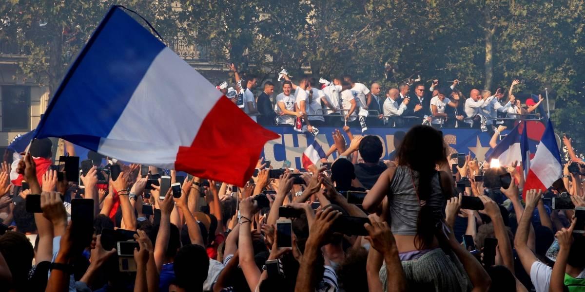 Após título na Rússia, seleção da França é recebida com festa em Paris