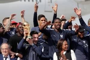 Hugo Lloris, capitán de Francia, celebra junto a sus compañeros