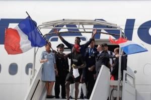 Los jugadores franceses saludan tras llegar de Rusia con el título de campeones