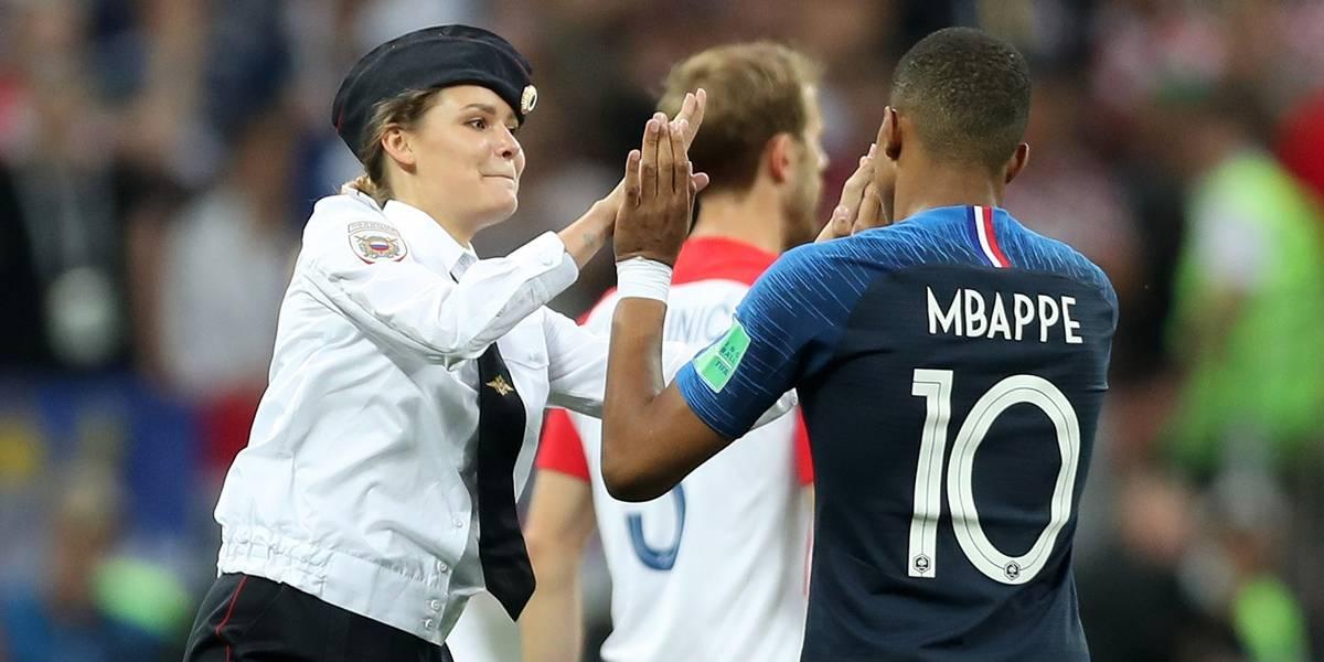FOTOS: Mbappé cumprimenta integrante de movimento feminista que invadiu campo na final da Copa