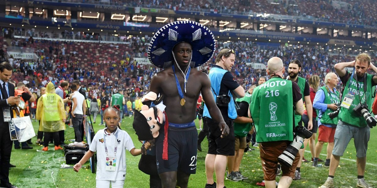 VIDEO  Mexicano regala sombrero de charro a Benjamin Mendy ... 2aa94beae55