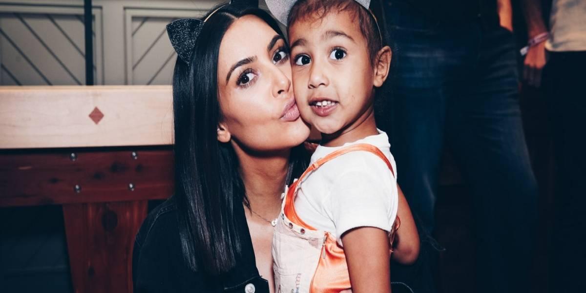 Kim Kardashian y su hija North West enamoran en festival de belleza