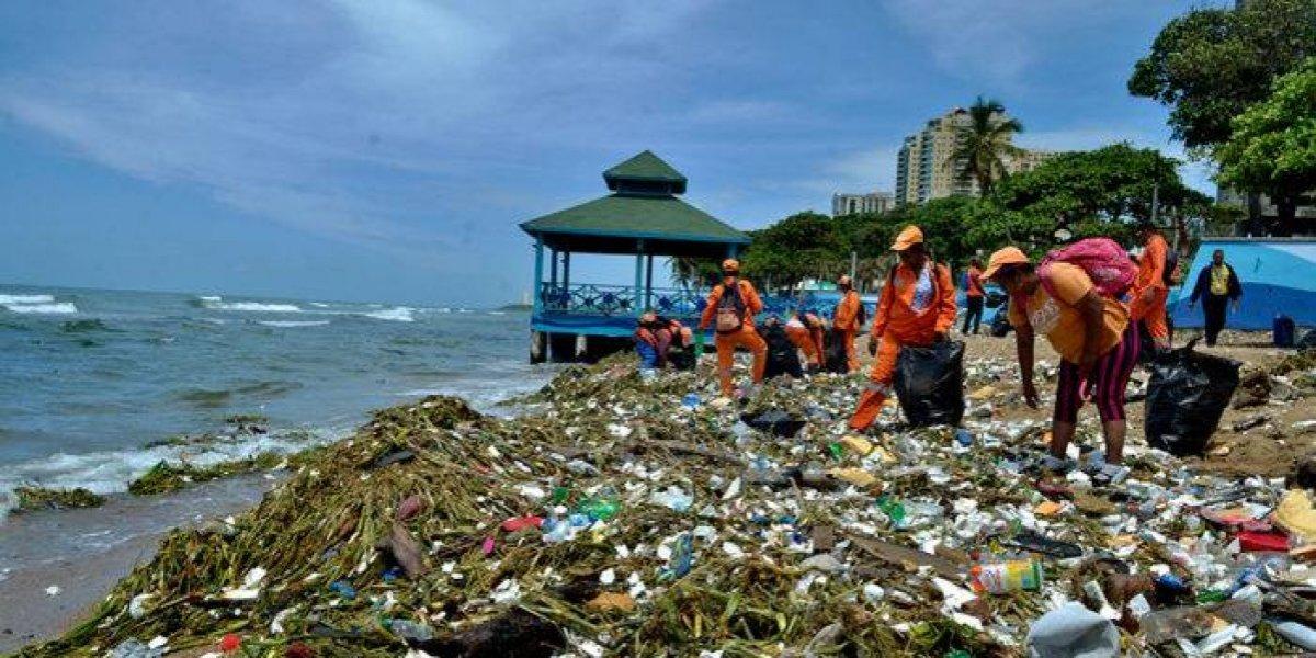 Recogen cientos de toneladas de basura del malecón de Santo Domingo