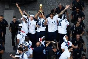 Los jugadores de Francia alzan la copa de campeón