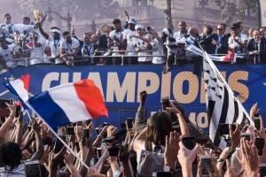 Los jugadores franceses durante el recorrido por los Campos Elíseos