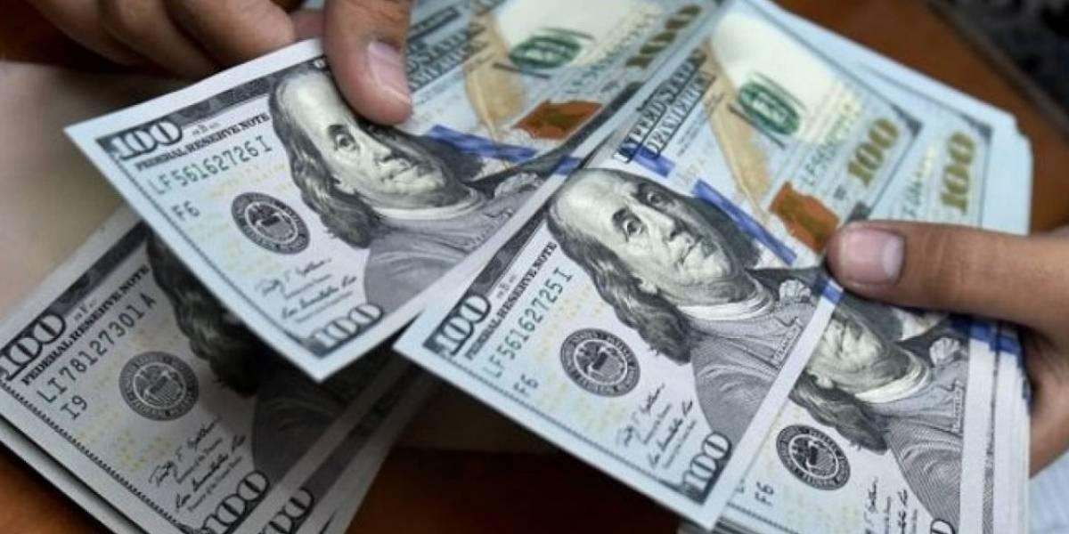 Dólar baja hasta 19.10 pesos en ventanillas bancarias