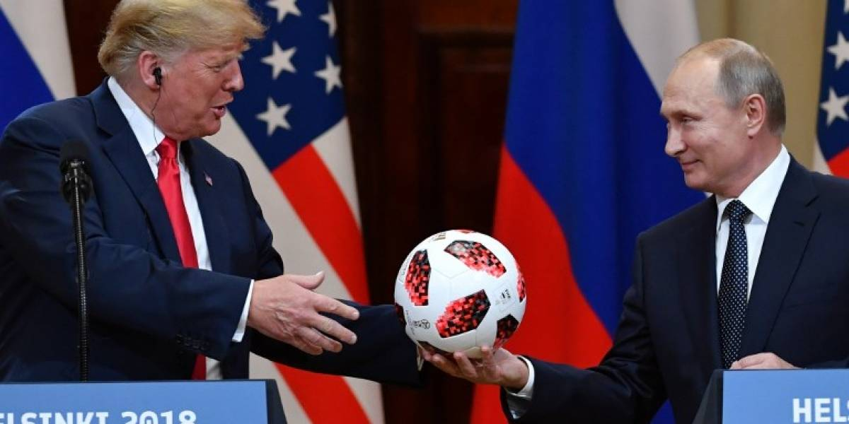 VIDEO.Putin le regala una pelota del Mundiala Trump en plena rueda de prensa