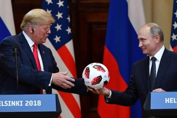 Vladimir Putin le regala una pelota a Donald Trump