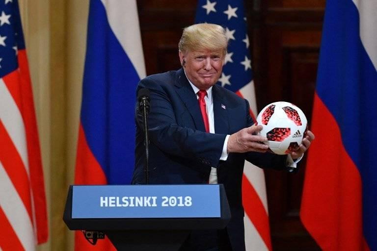 Donald Trump con la pelota del Mundial 2018